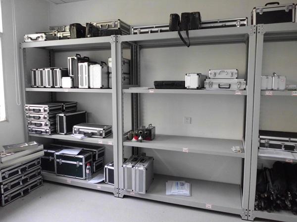 实验室仪器设备 实验室的仪器设备是直接用于提供检测结果或辅助检测进行的,是实验室的重要资产,也是重要的检测工具。对检测结果的准确性和可靠性起到至关重要的作用。如何保持仪器设备的有效性和可靠性,使仪器设备处于完好的状态,在产品质量检测过程中显得尤为重要。本文就如何做好产品质量检验仪器设备的管理进行以下几点探讨。   一是建立仪器设备档案。主管部门要注重产品质量检验仪器材料归档范围的建立,并设专人负责对产品质量检验仪器建立管理台账。(1)详细登记仪器名称、型号、生产厂名称、出厂编号、测量范围(量程)、精度(