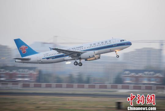 这是中国首次在年运输旅客千万人次以上的大型机场,验证这项导航技术。杨雪摄 据介绍,受地形限制及气象条件影响,大连机场运行保障瓶颈日益突显,严重制约机场发展。机场两端净空都有高大控制障碍物,导致飞机爬升受限。一端盲降系统受砺子山影响偏置,需要绕山距跑道1公里转弯调正。同时,乱流、风切片等气象问题,也给飞行带来困扰。RNP-AR飞行程序应用后,使得飞机摆脱对地面导航设施的依赖,使执飞航班的操作复杂性大幅降低,对机场提升航班运行效率有着显著作用。 预计今年年底大连国际机场就可以使用这项新技术。目前大连机场高峰