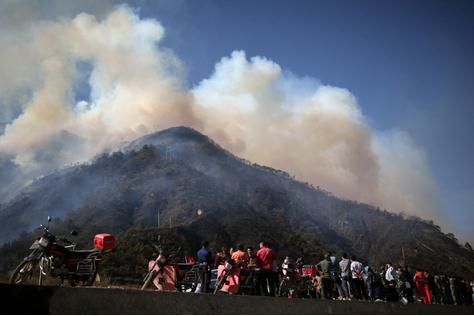 四川凉山村民上坟烧纸引发森林火灾