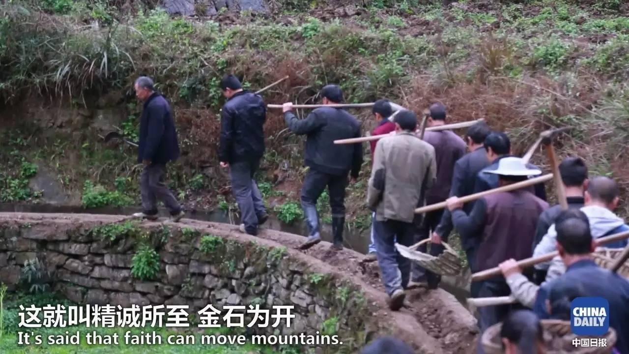 贵州团结村黄大发带领村民在悬崖峭壁上开凿7200米水渠