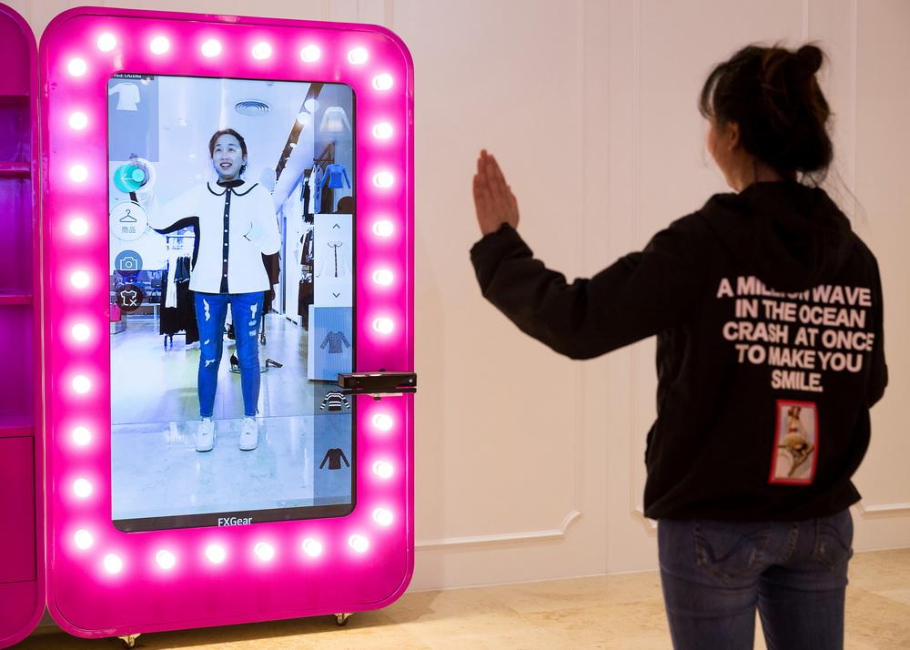 """南京新街口商场""""虚拟试衣镜"""" 大屏幕前挥挥手便可试穿衣裤"""