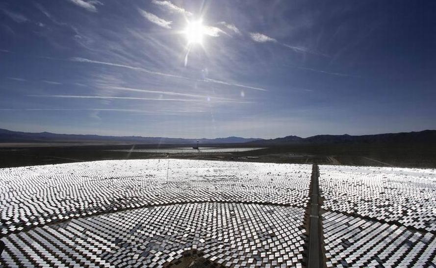 """美莫哈韦沙漠全世界最大太阳能发电站被称""""22亿美元的烤鸟太阳能工程"""""""