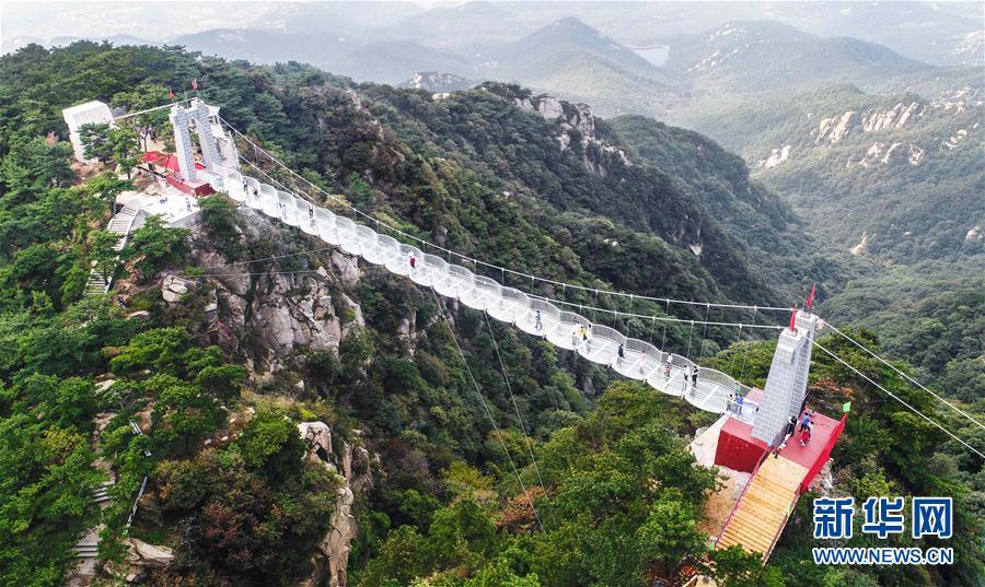 山东临沂沂蒙山龟蒙景区160米长的3D玻璃桥投入使用