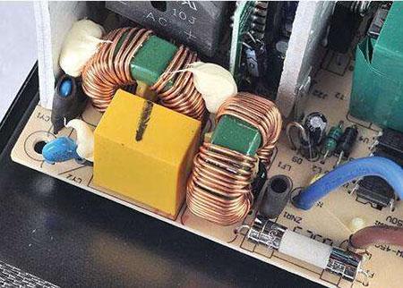 将滤波器安装在线路板上所暴露出的高频滤波不足的问题比较突出.