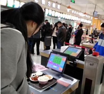 """西北师范大学西苑餐厅推出一款""""智能选餐""""模式,无人结算""""任享菜品"""