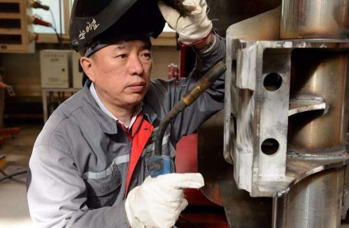 李万君:手握焊枪打造最安全可靠的中国造高速列车