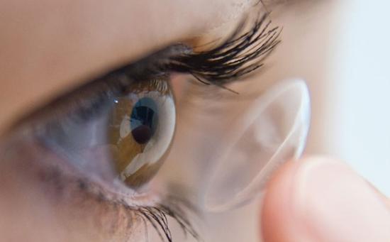 戴隐形眼镜洗澡导致失明,戴隐形眼镜还可能存在哪些风险?