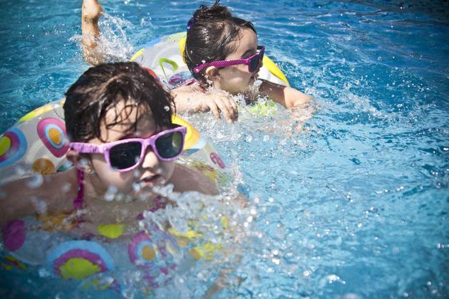 游泳池中充满了粪便和尿液,一个小孩的屁股可以洗掉10克的粪便
