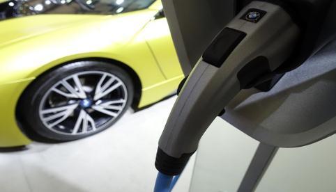 充电桩运营企业正在经历着行业洗牌,车企加码
