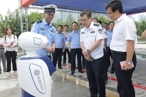 首创机器人交警正式上岗 邯郸智慧交管迈入人工智能化时代