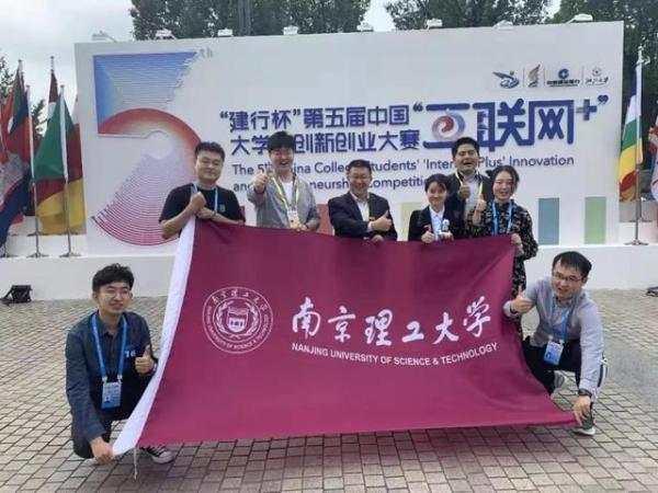 打破垄断!南京理工大学的学生团队造出新型无透镜全息显微镜