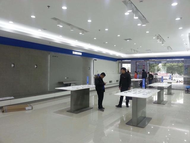 三星手机在中国再次遭遇雪崩式溃败,网友:还敢跟国产叫板?