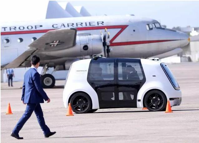 李克强与默克尔共同体验中德合作研发的自动驾驶汽车