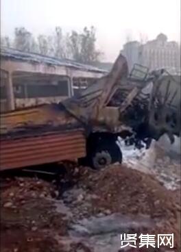 大连气罐车爆炸:西岗区2台10吨液化天然气罐车为出租车充气时泄漏发生爆炸起火