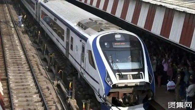 印度第一辆半高速列车(18号列车)为避免破坏给儿童发巧克力劝他们不要乱扔石块