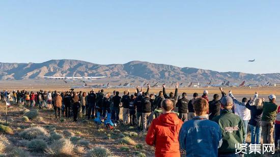 """世界最大飞机""""平流层发射""""(Stratolaunch)试飞成功,六引擎双机身117米约226.8吨"""