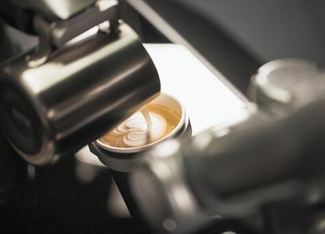 《【天富娱乐总代理】优傲机器人推出餐饮业首款产品:如影咖啡机器人 打造自动化精品咖啡馆》