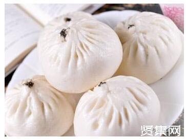 中饮巴比食品上市,实控人刘会平、丁仕梅夫妇身价超28亿