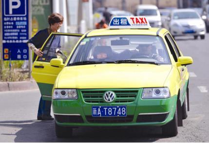 《【天富代理主管】网约车冲击出租车市场 滴滴嘀嗒平台争相递橄榄枝》