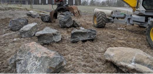 利用定制的自主液压挖掘机原地制造石墙