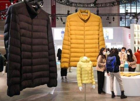 全球最大超轻羽绒服亮相进博会:2.7米高,4500克重