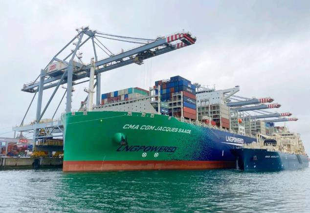 世界最大流量單次LNG加注 一船裝卸一船加注同步進行