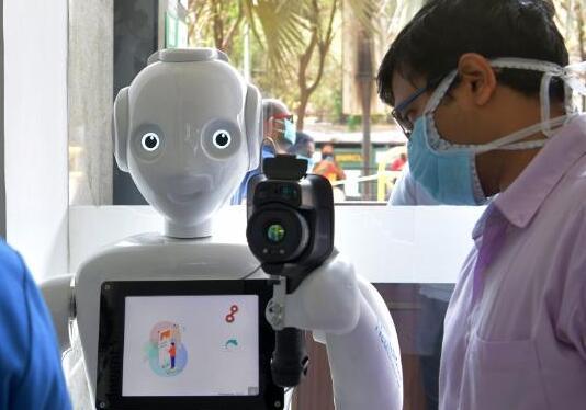 机器人加入抗疫一线阵地 自动识别并记录患者面孔