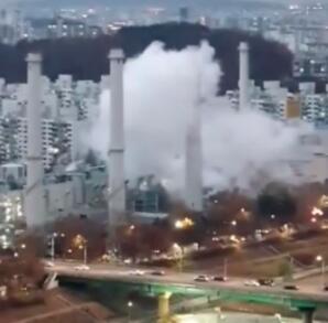 韩国首尔热电厂发生爆炸 现场浓烟滚滚