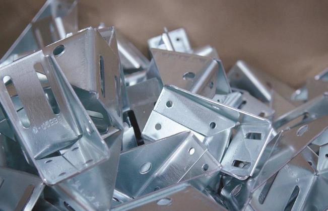 金属加工制造商如何决定使用制造还是冲压技术?