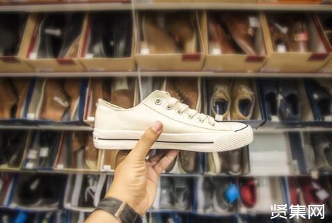 疯狂的炒鞋生意:奇货可居坐地涨价,大学生刷爆花呗信用卡