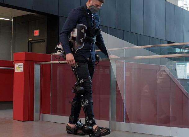 工程师们正在研究如何让外骨骼无需在操控下就能自主行走