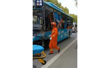 江苏一中巴车与货车相撞致5死10伤,事故原因正进一步调查中