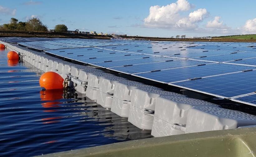双赢!浮动式太阳能发电站不仅可以减少土地的使用还可以为受气候变化威胁的湖泊降温