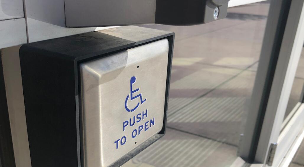 国际建筑规范更新:强制要求在公共场所入口加装自动门