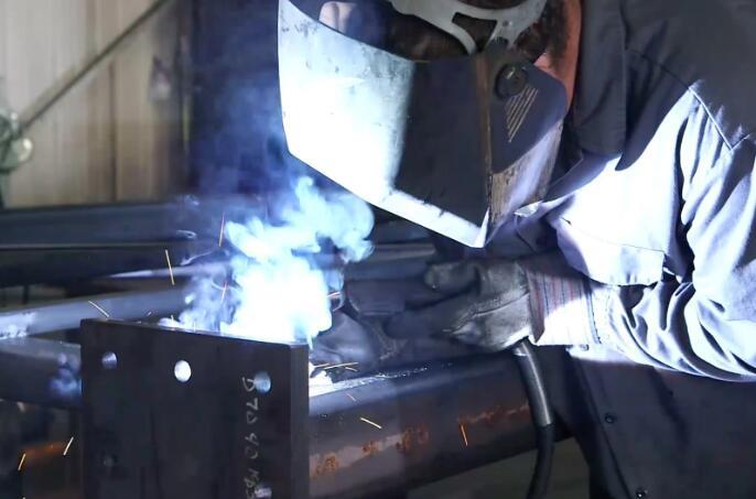 在焊接铝时为什么会出现气孔,如何避免?