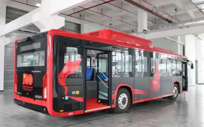 """首台大型客车碳纤维复合材料下线 解决""""卡脖子""""难题"""