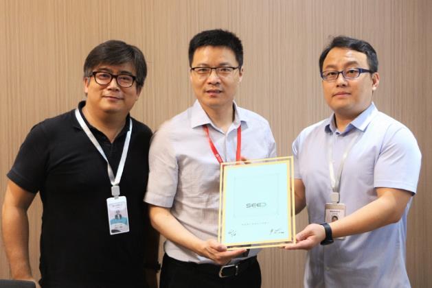 杭實集團首次公開展示第一批量產的UTG玻璃 打破韓國壟斷地位