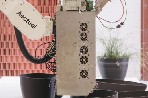 """以海洋垃圾为原料打印限量版""""贻贝""""花盆,由 100% 再生塑料制成"""