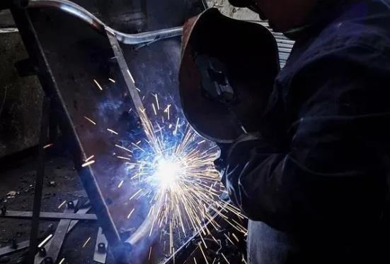 工作十多年的电焊老师傅就是牛!都是这么判断电流大小的?长见识了