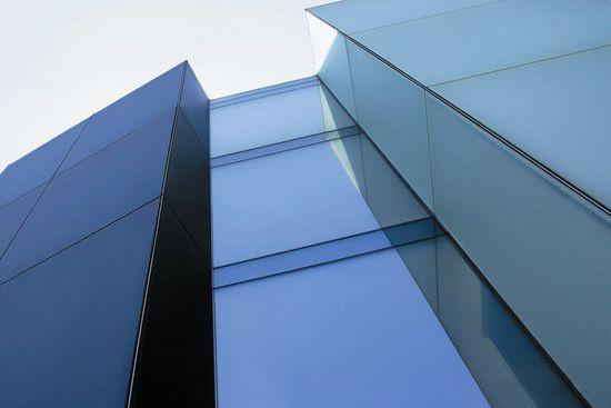 首块大面积碲化镉薄膜弱光发电玻璃在成都下线