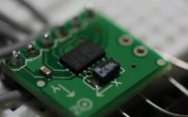 如何选择传感器的灵敏度和量程?