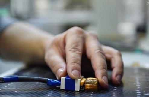 一种无接触复合材料内部电压检测方法