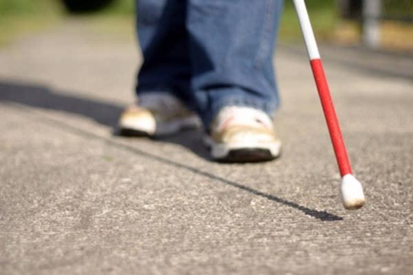 一款路障探测扫描仪为盲人提醒前方路况