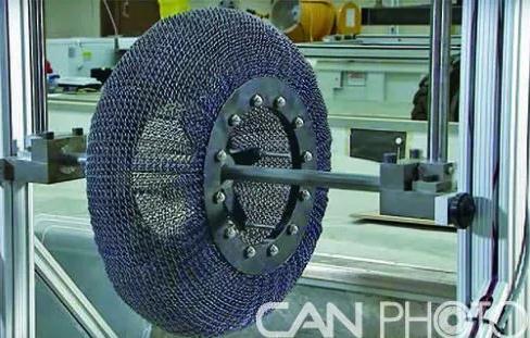 NASA:一种用化学合成镍钛合金制成形状记忆合金的链式轮胎