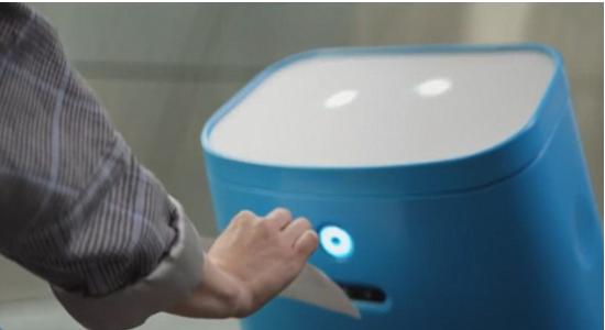 荷兰研发多用途机器人 可扫描登机牌运行李