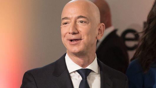 杰夫·贝索斯(Jeff Bezos)个人财富超1500亿美元