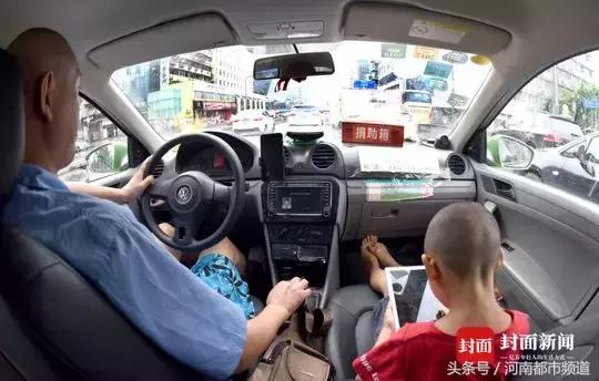 """成都小伟患""""蚕豆病""""遗传病,父亲冯军带他24小时跑出租车"""