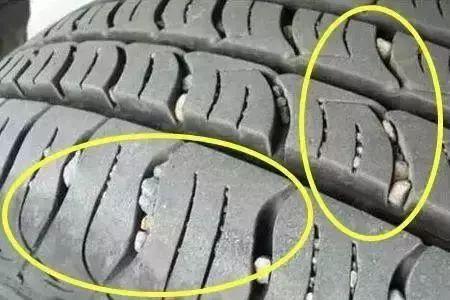 轮胎上的石子要不要抠?