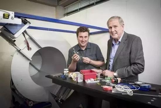 Phil Butler与Anthony Butler成功研制三维立体(3D)彩色X射线医用扫描仪