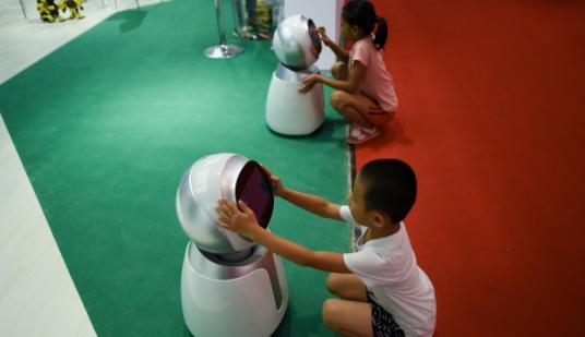 中国医疗机器人首次亮相世界机器人大会